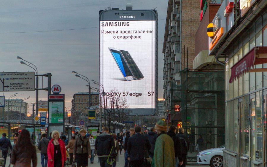 Корейцы весьма необычно пиарят Samsung Galaxy S7 Edge в Москве