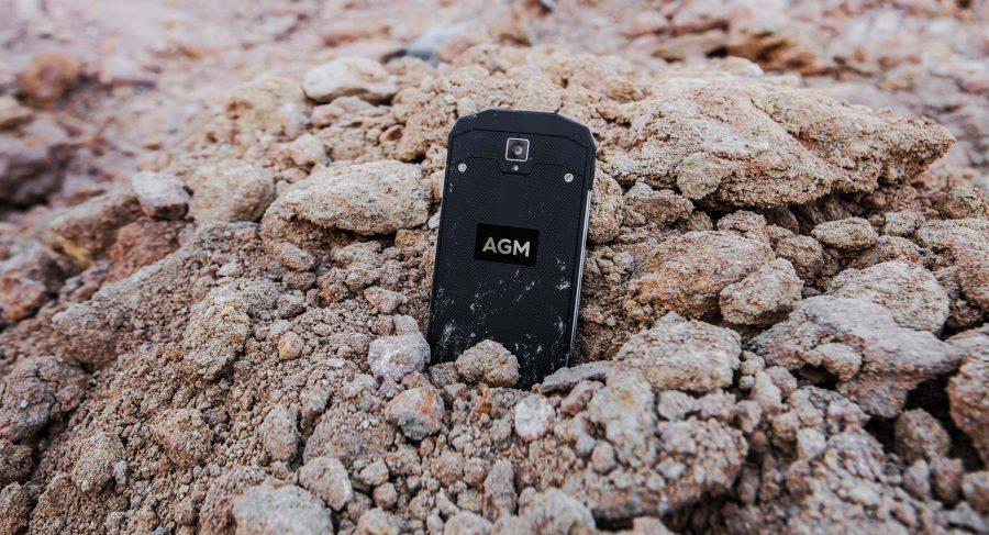 AGM A8 устоит перед песком и камнями