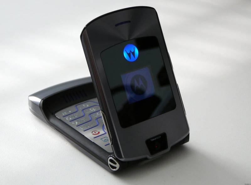 """Мобильный телефон с двумя экранами """"из прошлого"""" - Motorola RAZR V3"""