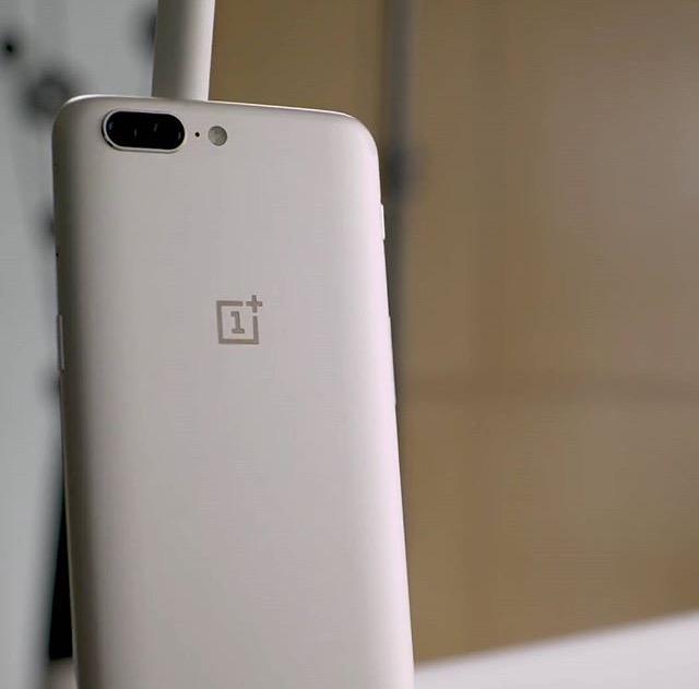 OnePlus 5 в сером цвете