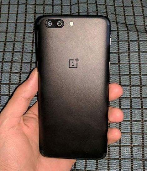 OnePlus 5 в руке