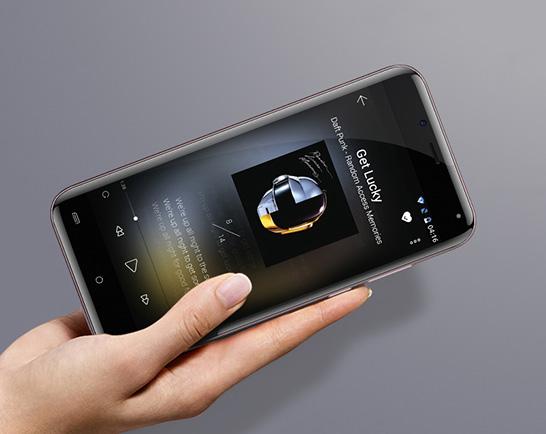 """Экран смартфона покрыт ударопрочтным стекло с изогнутыми с четырех сторон краями (""""3D Glass"""")"""