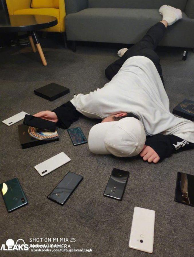 Xiaomi Mi Mix 3 и лежащий на полу парень