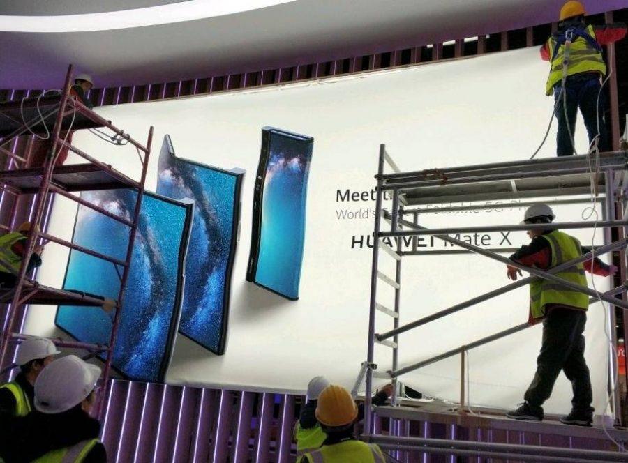 Монтаж баннера с изображением Huawei Mate X на MWC 2019