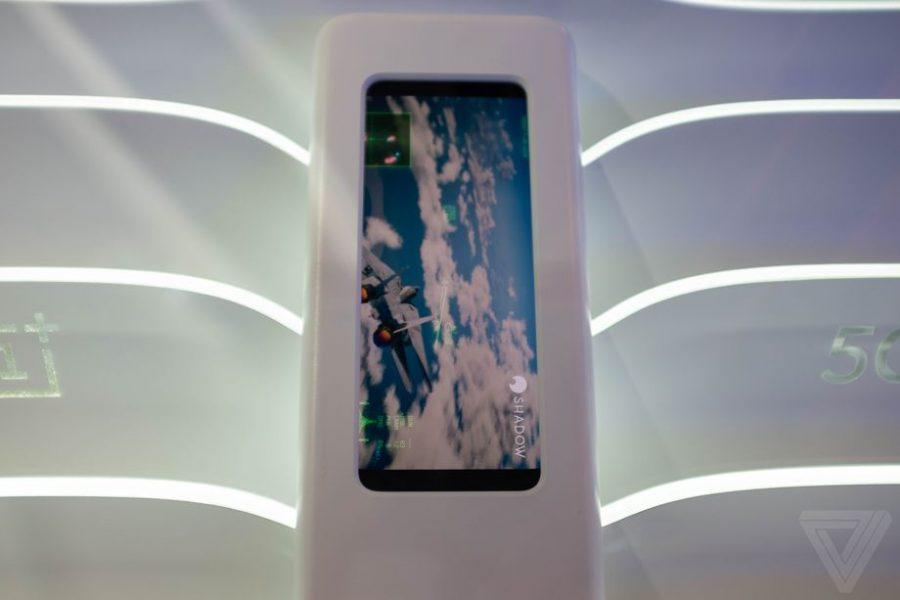 Смартфон на стенде компании в ходе выставкиMWC 2019