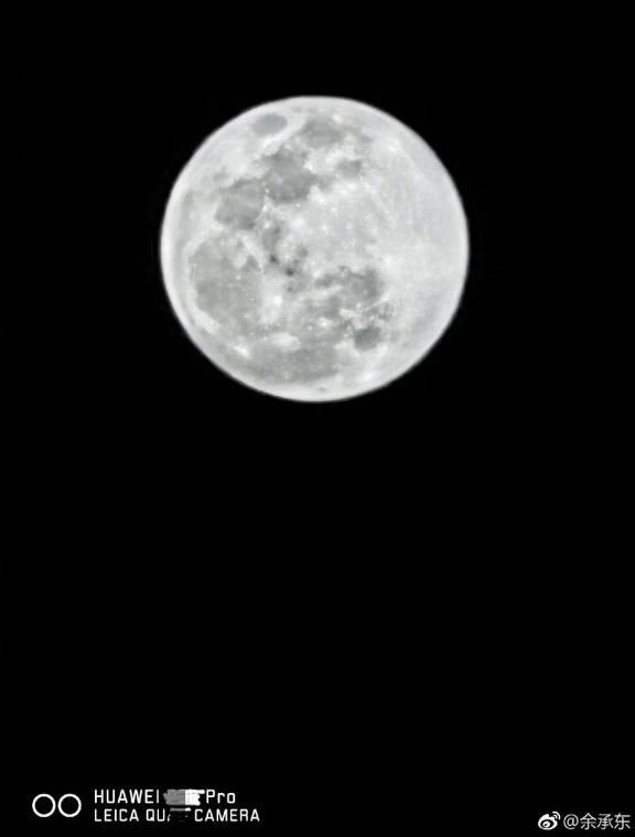 Снимок полной луны, сделанный на Huawei P30 Pro
