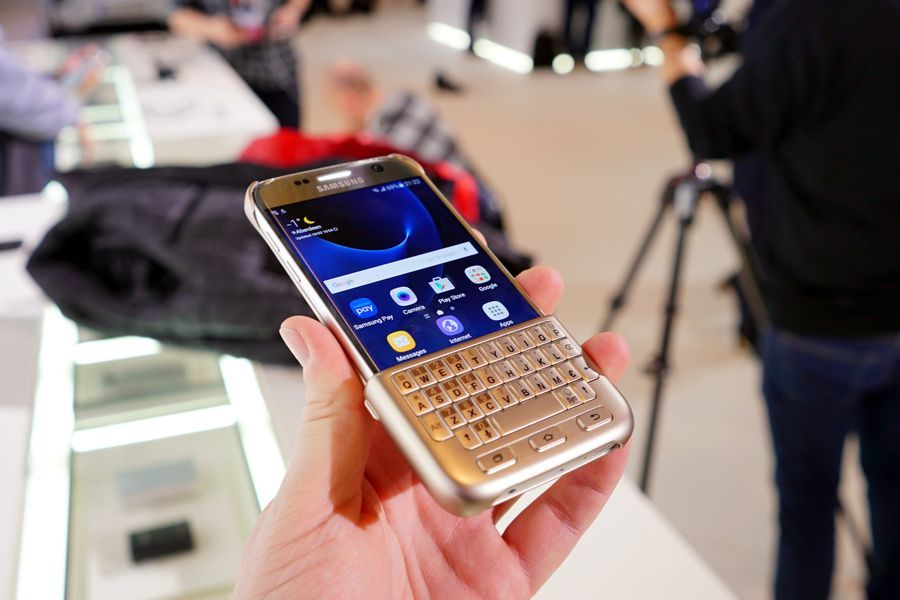 CHehol-dlya-Samsung-Galaxy-S7-s-klaviaturoj.jpg